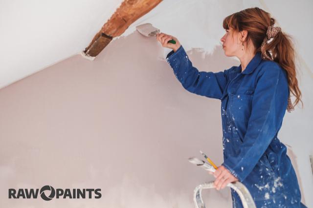 Muur die een roze kleur geverfd wordt door duurzame verf van RAW Paints